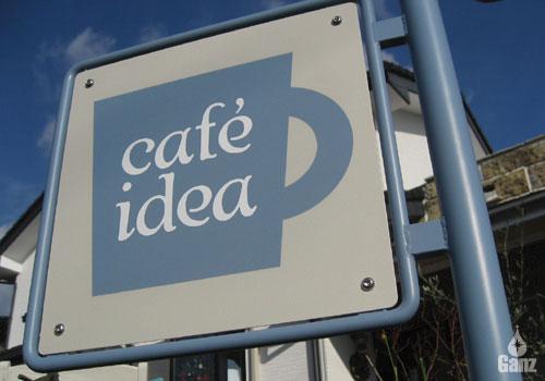 女性オーナのカフェの自立型アイアンサイン