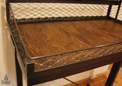アイアンメッシュとウッドを組み合わせてディスプレイするシルバーやレザーの雰囲気に負けない仕上がり