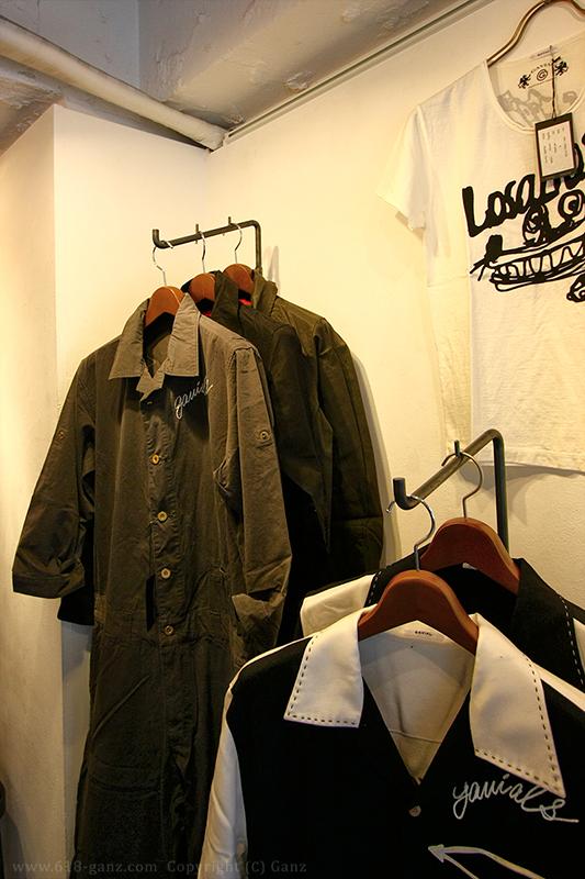 GAVIAL(ガヴィル)展示会にて傾斜ハンガーラックにジャンプスーツをディスプレイ