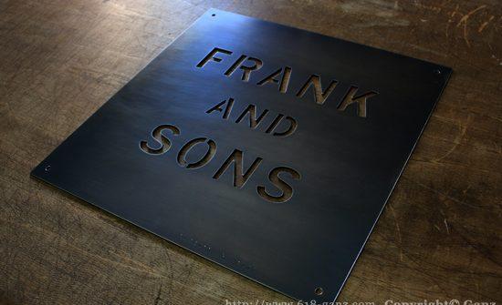 黒皮鉄板を加工して製作した抜き文字タイプのアイアンサイン