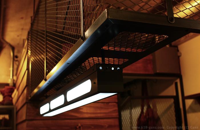 ランプボックスはメッシュシェルフの下に直接取り付ける構造で設計