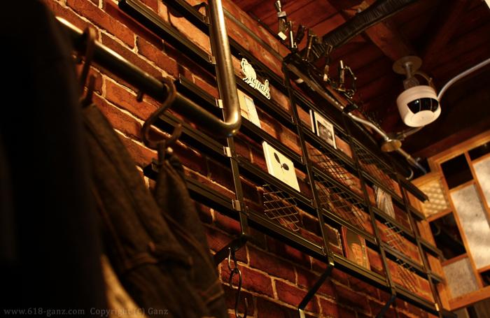 ブリックの渋い壁面に並ぶCD