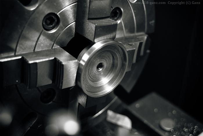 アイアンシェードの左右のエンド部分を旋盤で加工