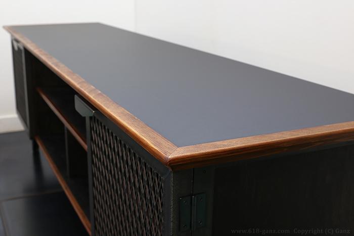 メラミン化粧板と木目を生かした無垢材のモールディングを組み合わせた天板