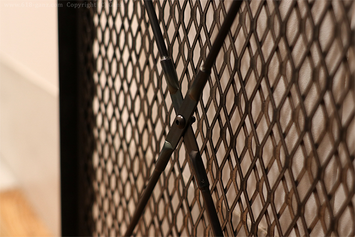 扉の内側に入れた装飾も兼ねた補強