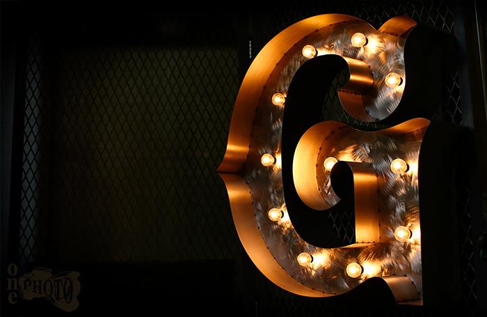 裸電球の光が心地いいマーキーライト(アルファベットサイン)