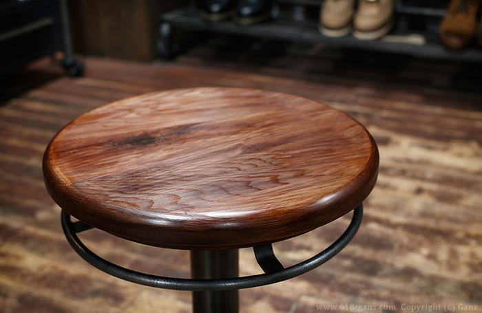 木目や節の表情が美しいウッド座面