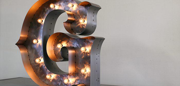 箱文字の電飾アルファベットサイン
