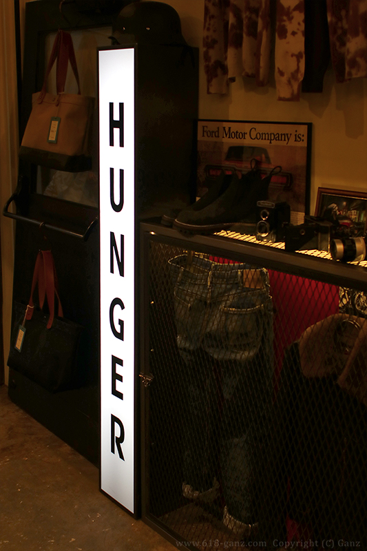 HUNGERで使われている什器やランプボックスサイン