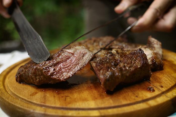 メインは極厚ステーキ