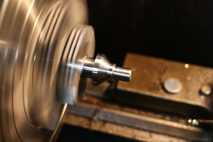 旋盤で削り出してセンターのボスを製作